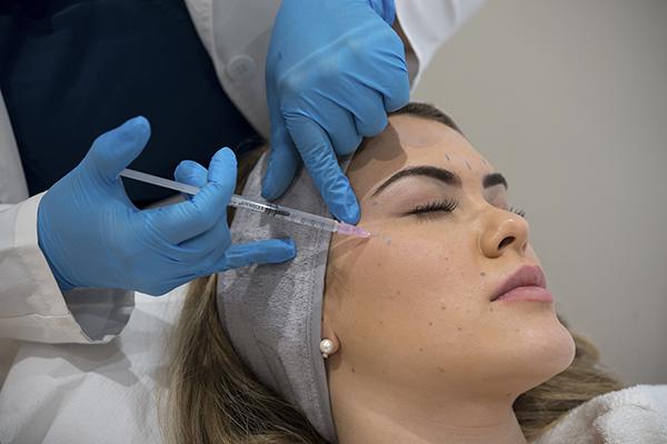 Tratamiento con Botox para reducir arrugas de expresión - Fotografía en PB Clinical